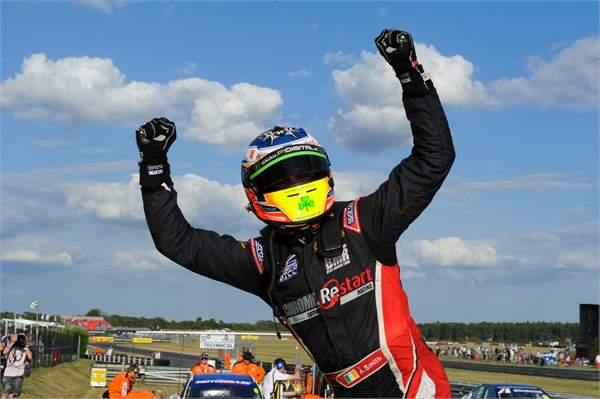 Árón Smith wins again from pole in Snetterton